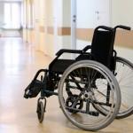 Êðåñëî-êàòàëêà â êîðèäîðå áîëüíèöû.  Wheel chair in the hospital