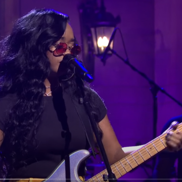 [WATCH] H.E.R. Perform 'Damage,' On 'SNL'