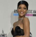 blogmedia-M_RihannaAMA2013Backstage_010314.jpg